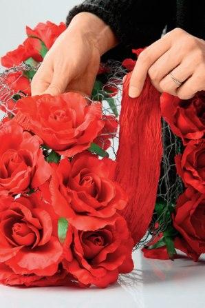 Декоративная люстра из красных цветов