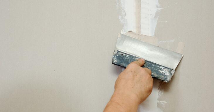 Как заделать трещины в штукатурке