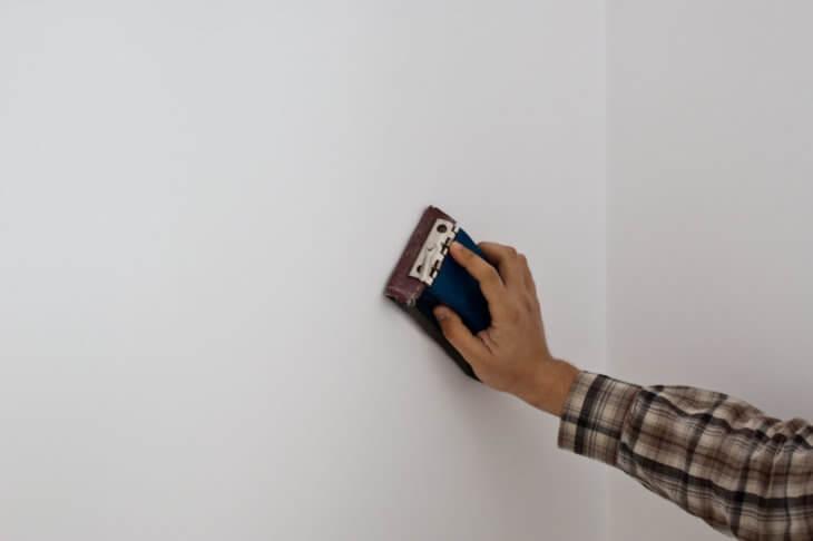 Ошкуривание стен после шпаклевки