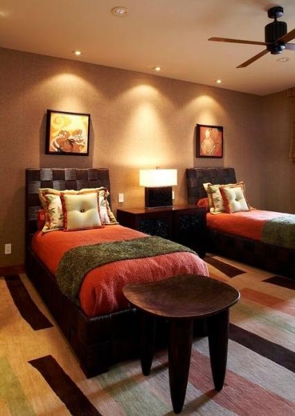 Освещение спалной комнаты без люстры — настольные лампы, бра, точечные светильники