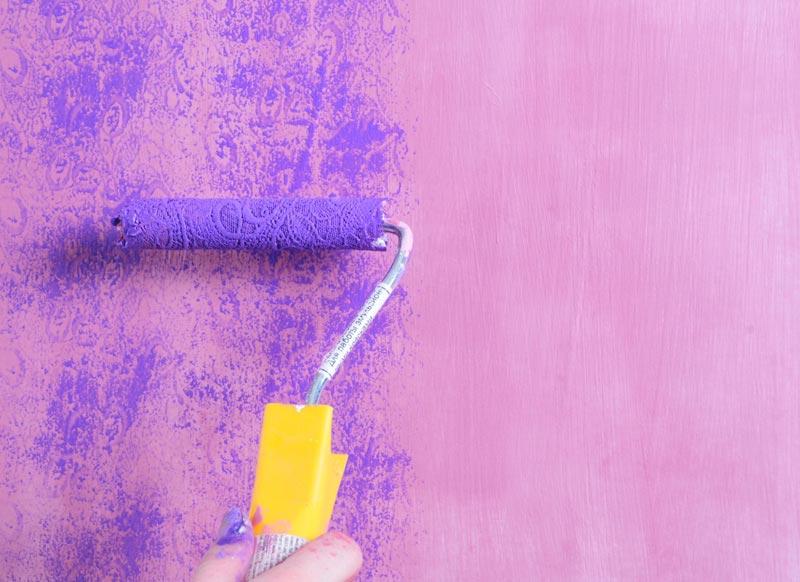 Разные виды исполнения покраски стен в комнате