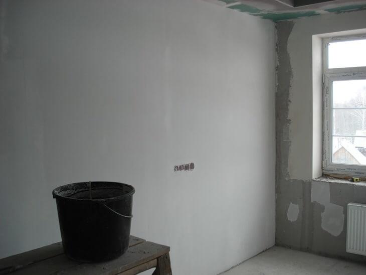Шпаклевка стен под обои: технология выполнения работ, разновидности смесей