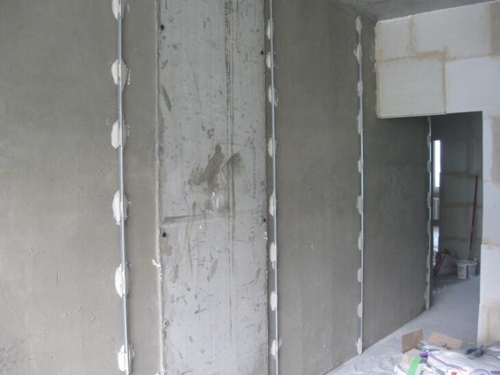 Традиционное использование известковой штукатурки для выравнивания стен