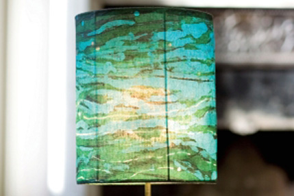 Украшение светильника при помощи техники батик