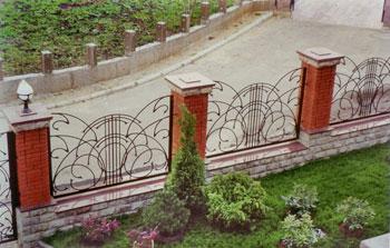 Преимущества металлических оградок и заборов
